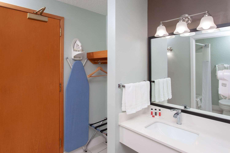 Room - Baymont Inn & Suites Grand Haven