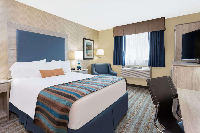 Room - Baymont Inn & Suites Spokane Valley