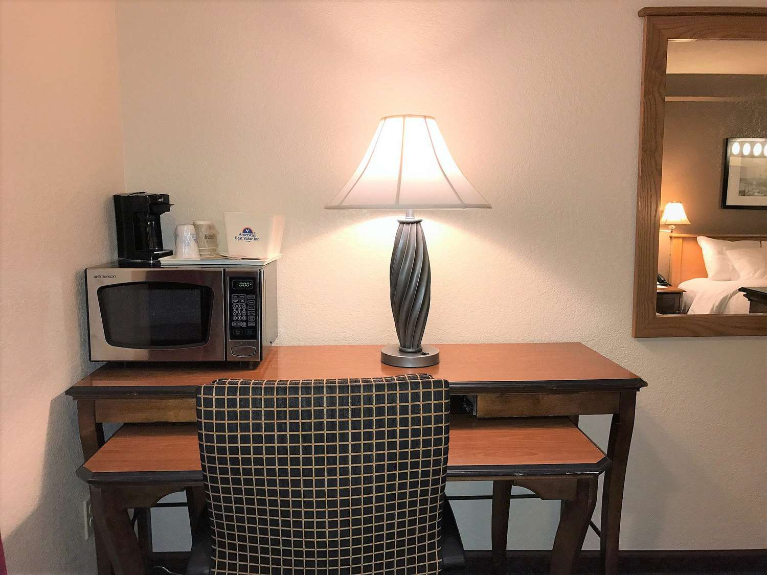 Room - Americas Best Value Inn Lynnwood