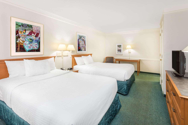 Room - Days Inn & Suites Huntsville