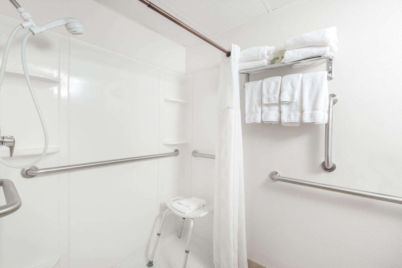 Room - Ramada Hotel Ankeny