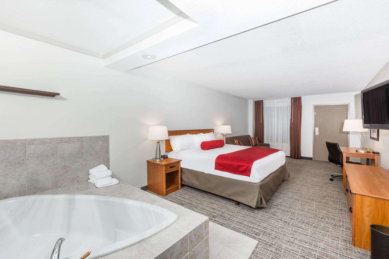 Suite - Ramada Hotel Ankeny