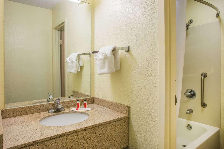 Room - Days Inn Civic Center Florence