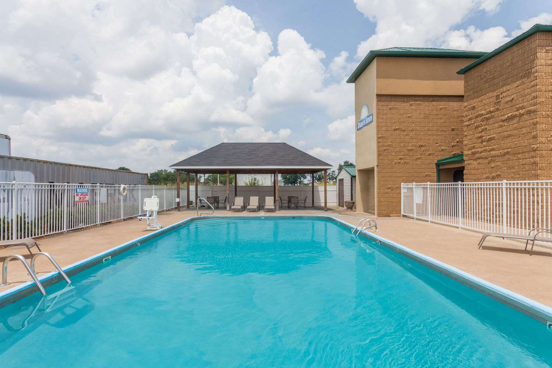 Pool - Days Inn Bowling Green