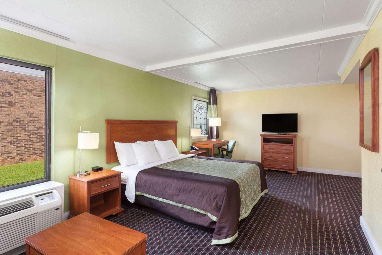 Room - Days Inn Bowling Green