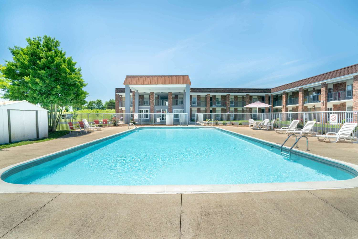 Pool - Days Inn Cave City