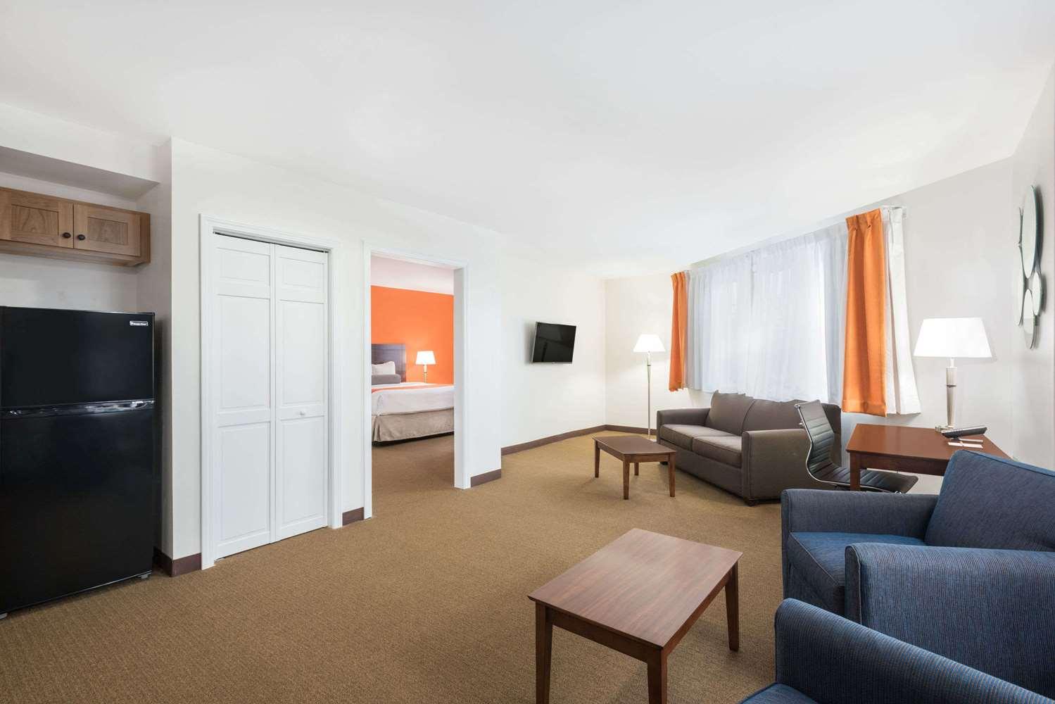 Suite - Howard Johnson Inn Quincy