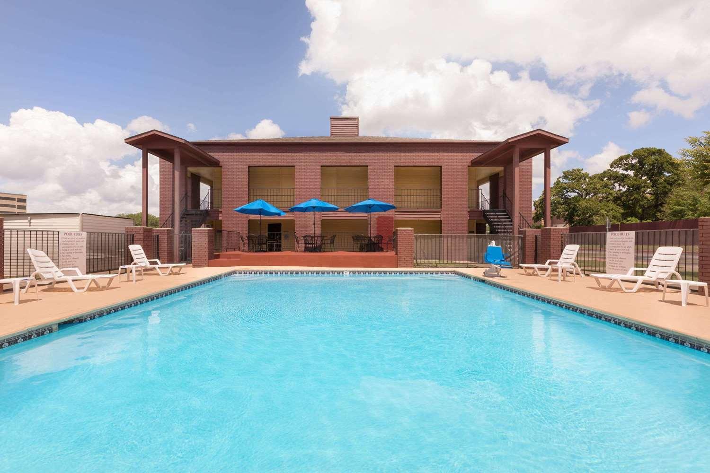 Pool - Days Inn University College Station