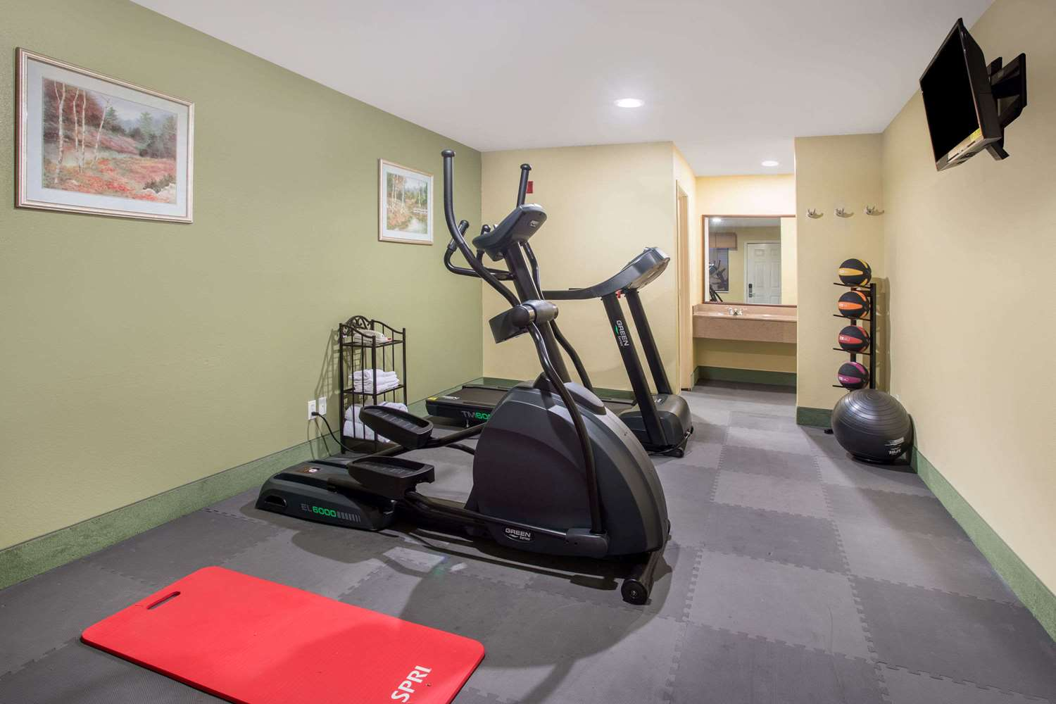 Fitness/ Exercise Room - Days Inn Abbeville