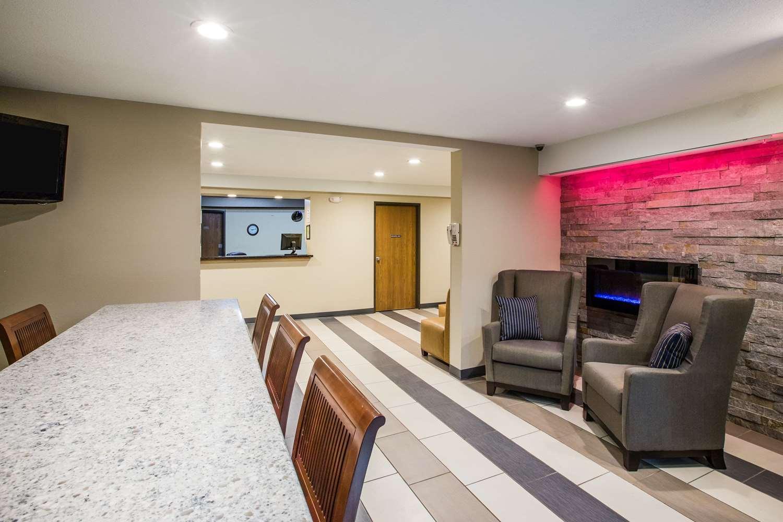 Lobby - Baymont Inn & Suites Cedar Rapids