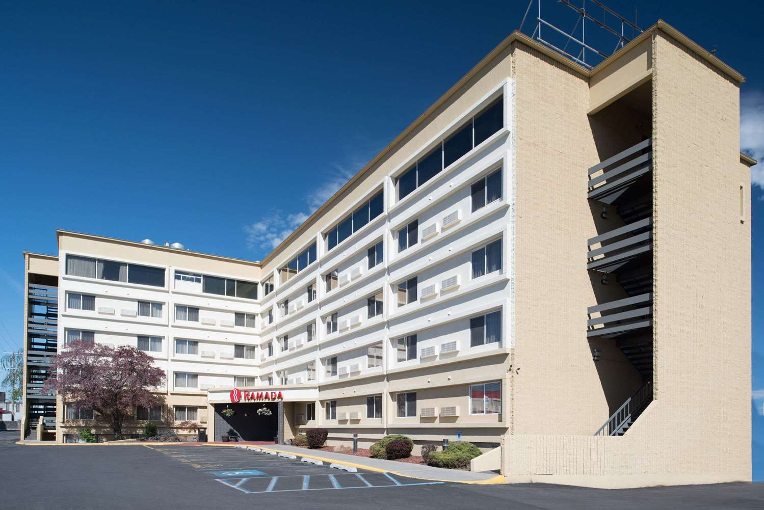 Exterior view - Ramada Hotel Midtown Spokane