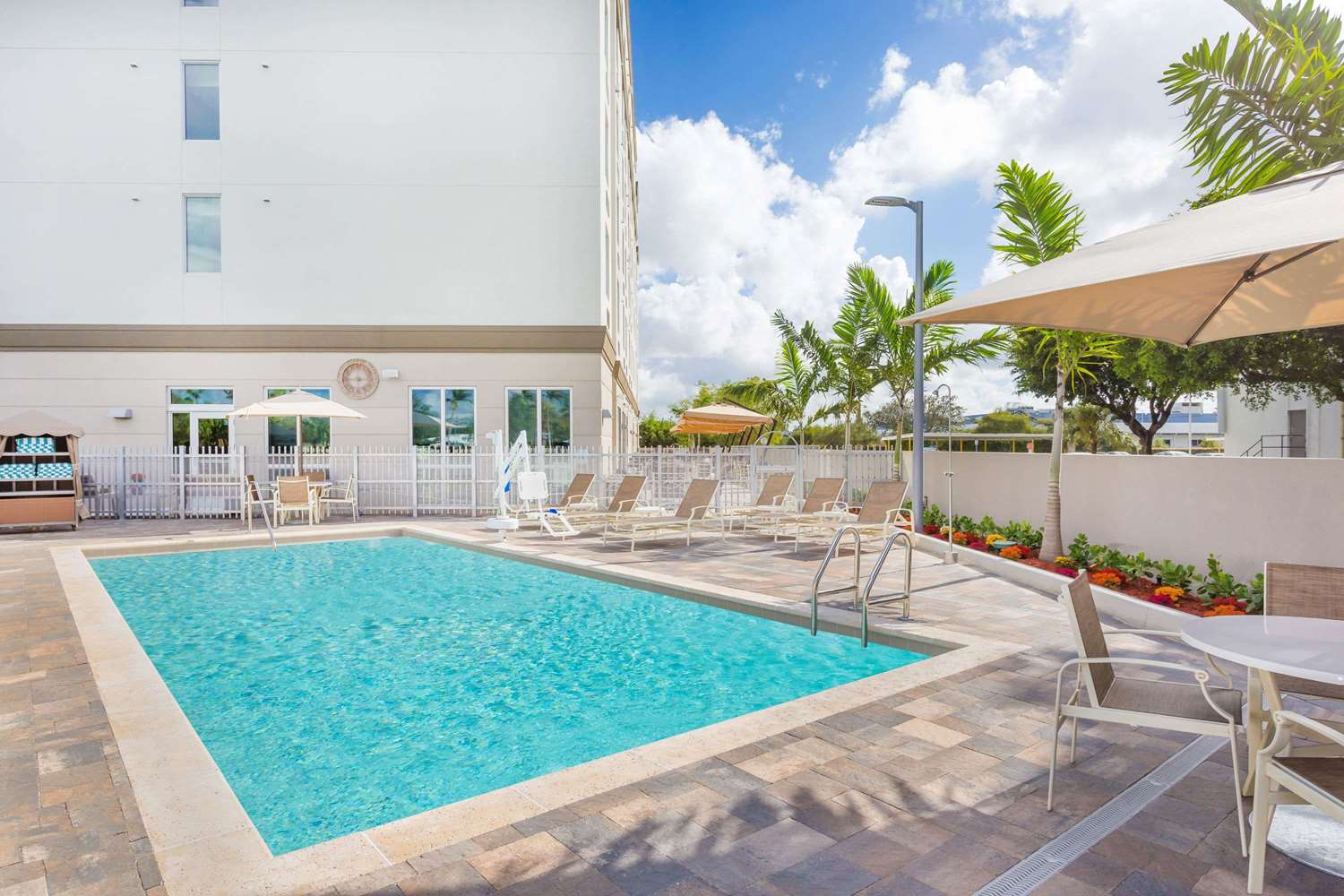 Pool - Wingate by Wyndham Hotel Miami Airport Doral