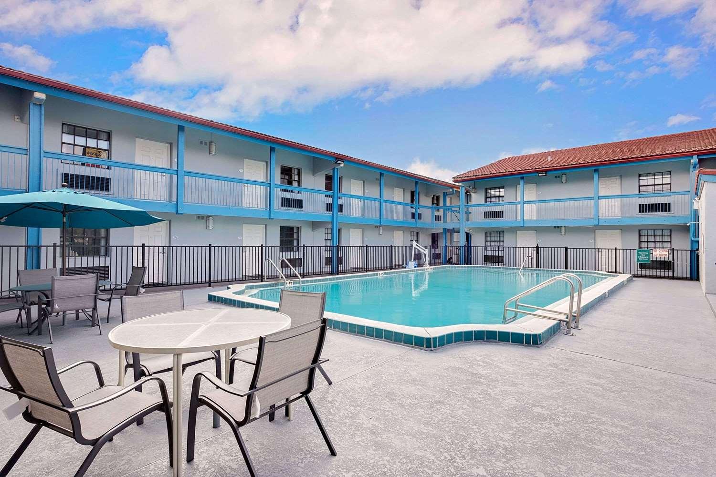 Pool - Baymont Inn & Suites Orange Park Jacksonville