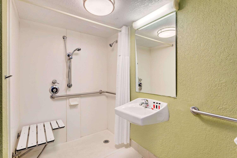 Room - Baymont Inn & Suites Orange Park Jacksonville