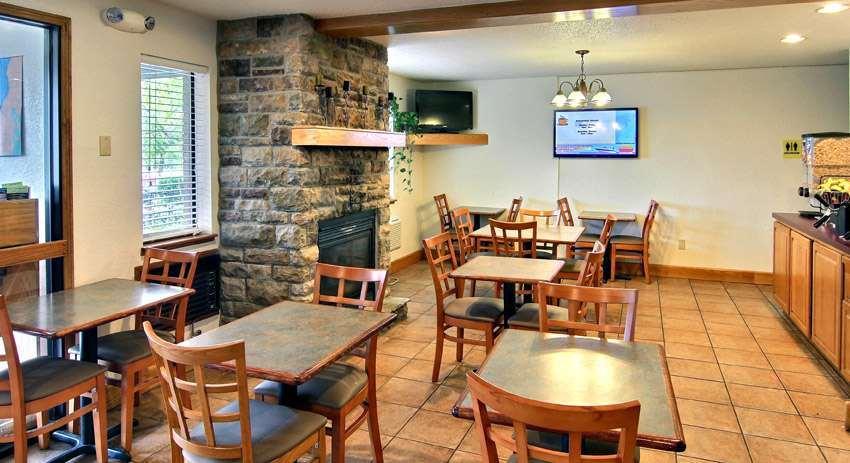 Restaurant - Days Inn & Suites Traverse City