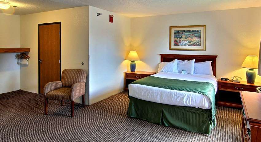 Room - Days Inn & Suites Traverse City