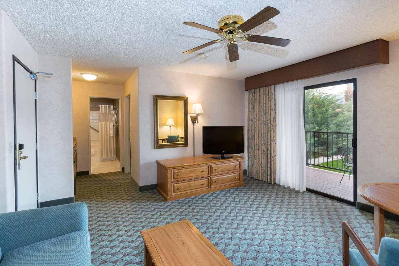 Hotels Near The Riviera Oaks Resort