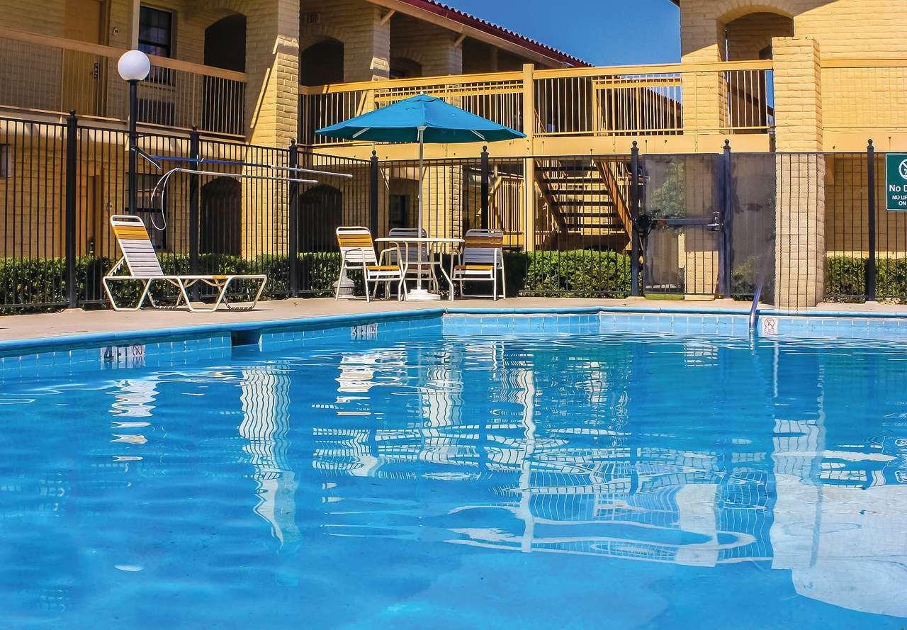Pool - Days Inn West Sulphur