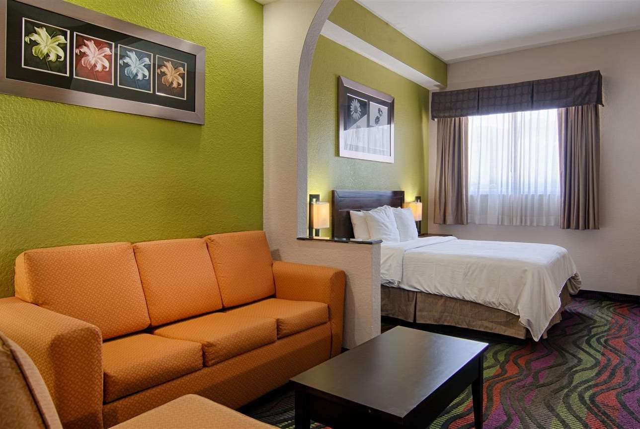 Room - Days Inn & Suites Bonita Springs