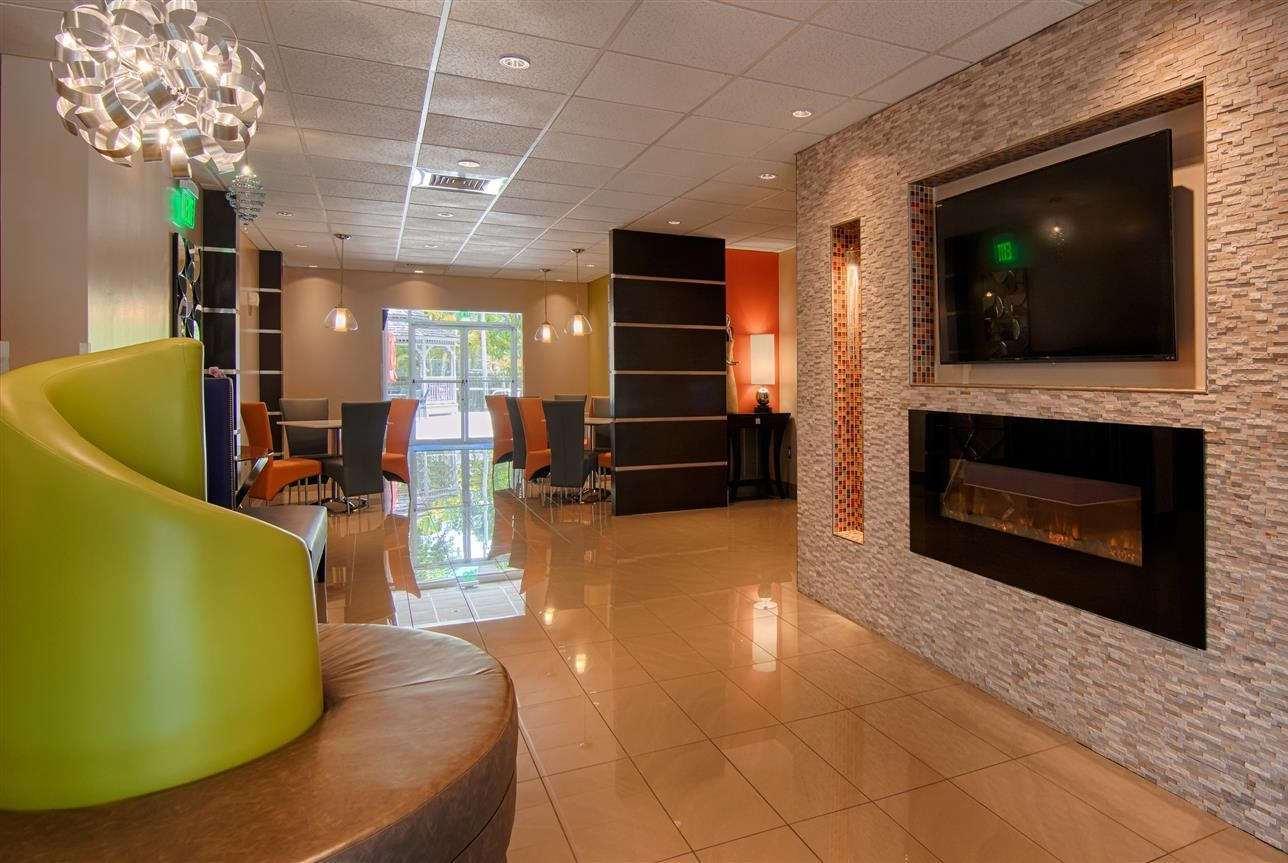 Lobby - Days Inn & Suites Bonita Springs