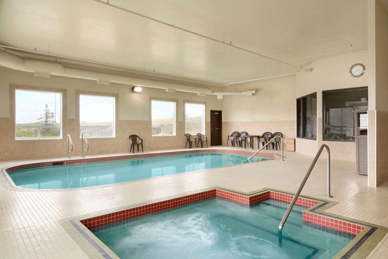 Pool - Days Hotel Innisfail