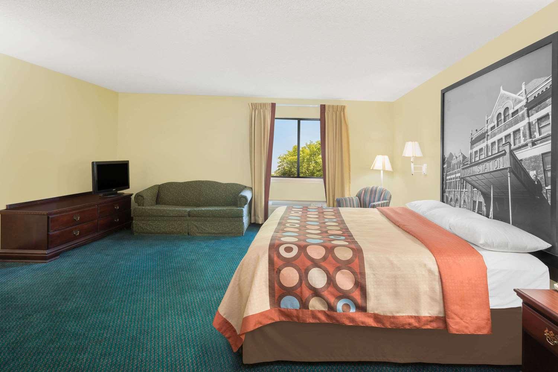 Suite - Super 8 Hotel I-65 Montgomery