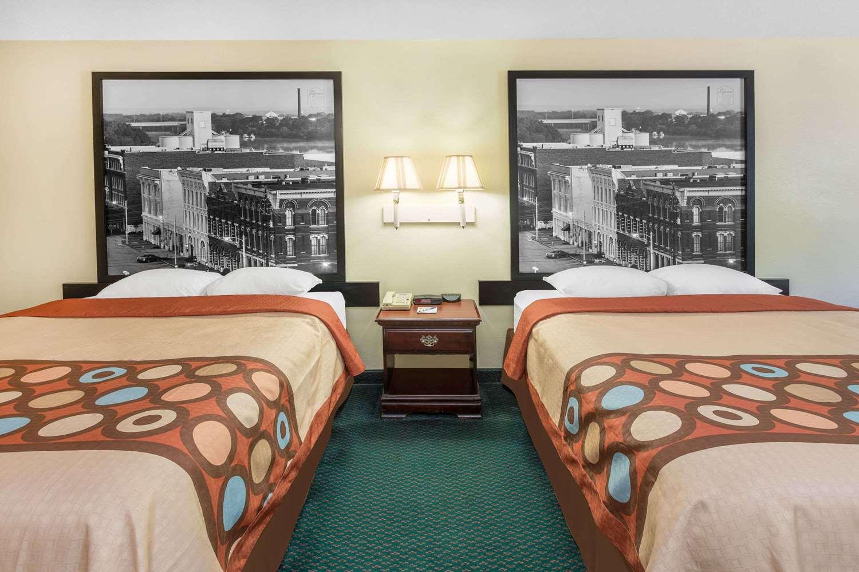 Room - Super 8 Hotel I-65 Montgomery