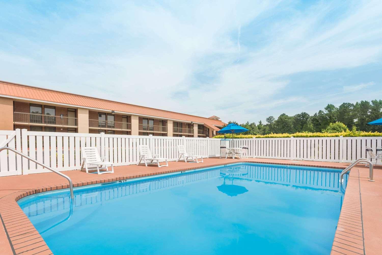 Pool - Baymont Inn & Suites Battleboro