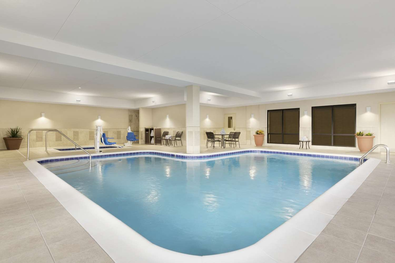 Pool - Hampton Inn & Suites Niles
