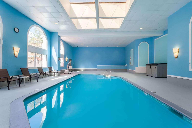 Pool - Wyndham Hotel Southbury