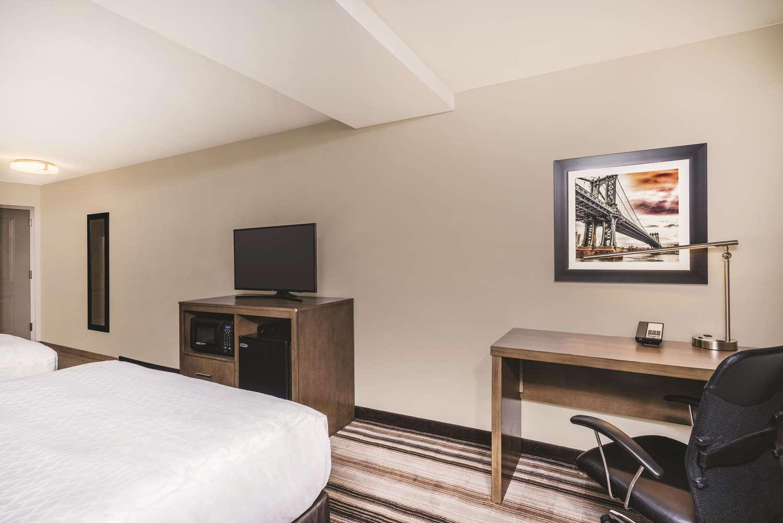 Room - La Quinta Inn & Suites Central Brooklyn