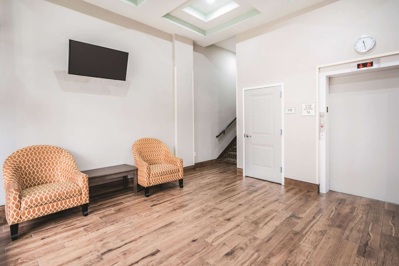 Lobby - La Quinta Inn & Suites Central Brooklyn