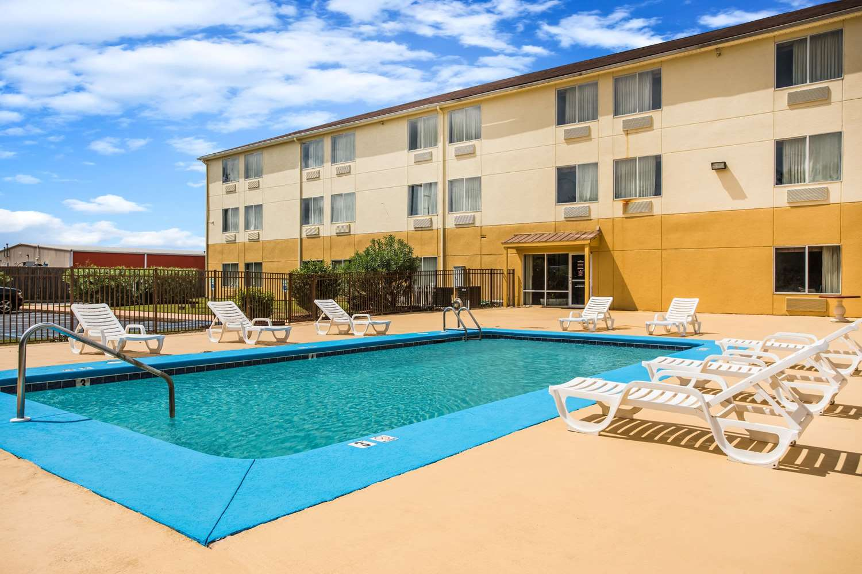 Pool - Days Inn & Suites Foley