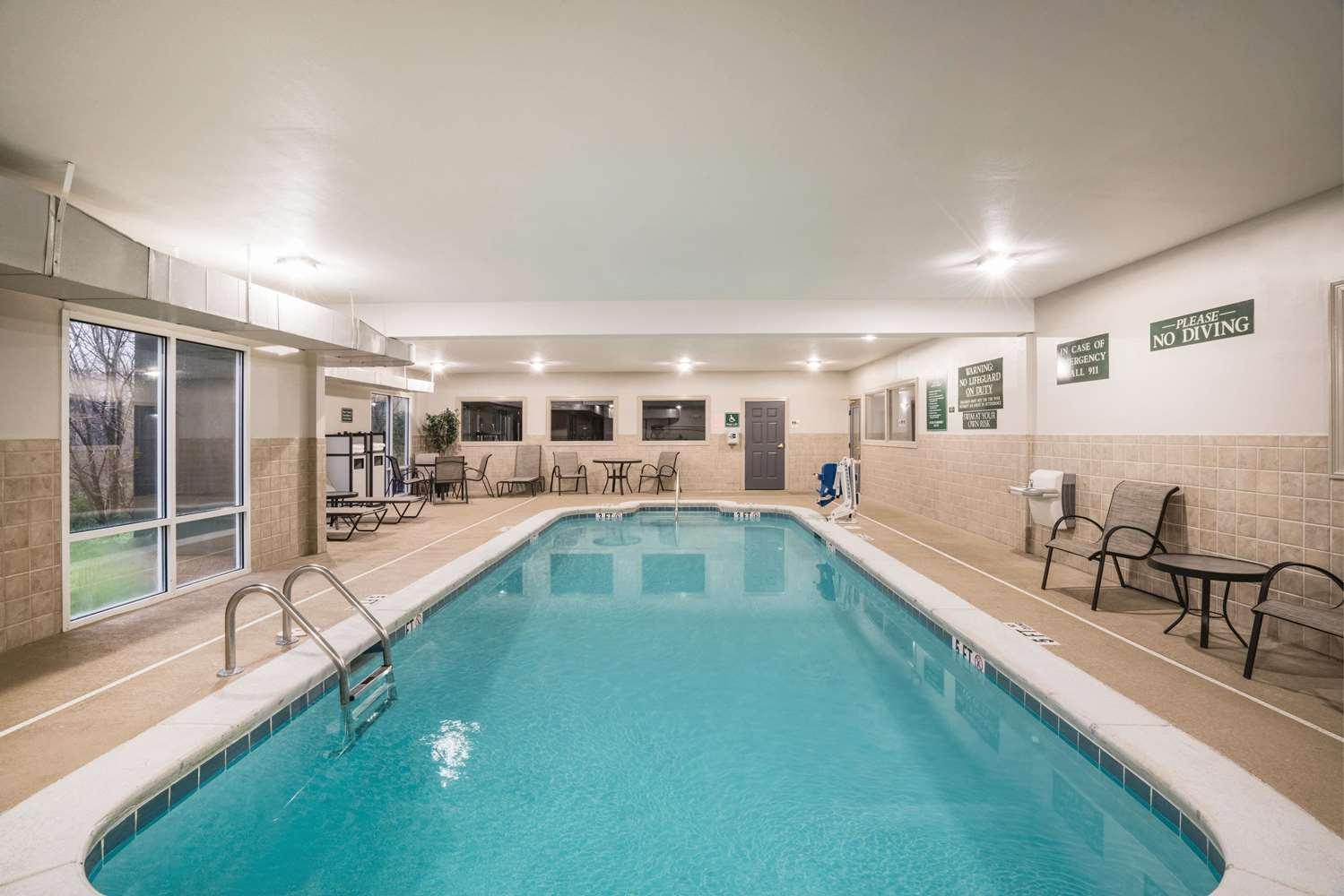 Pool - La Quinta Inn & Suites Hixson