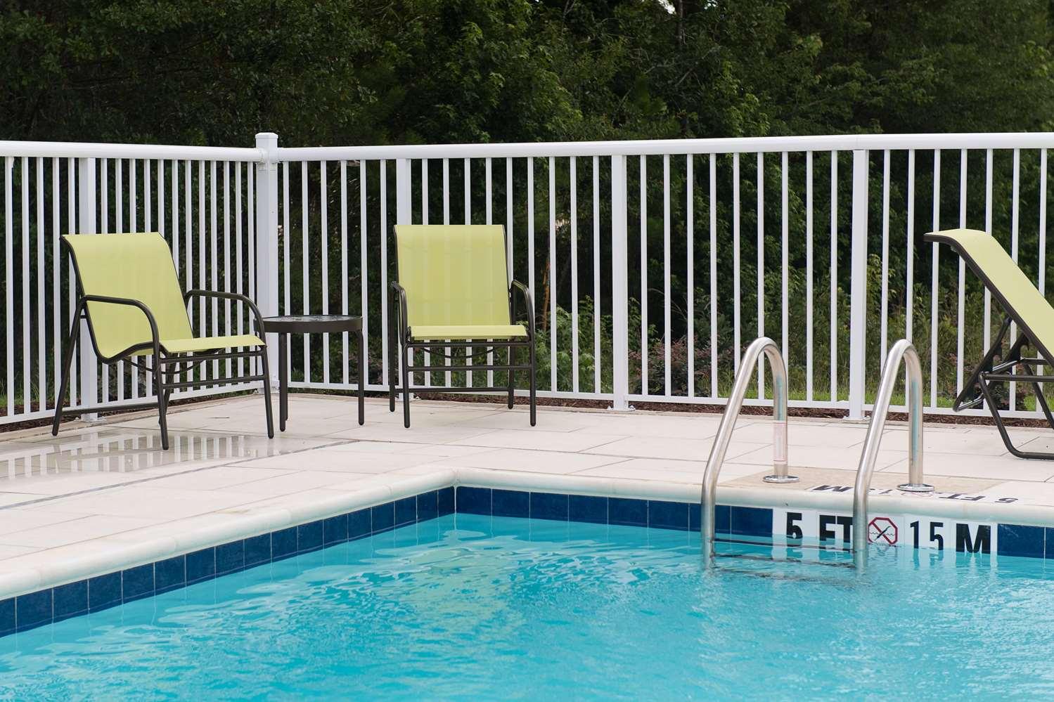 Pool - Hampton Inn & Suites Walterboro