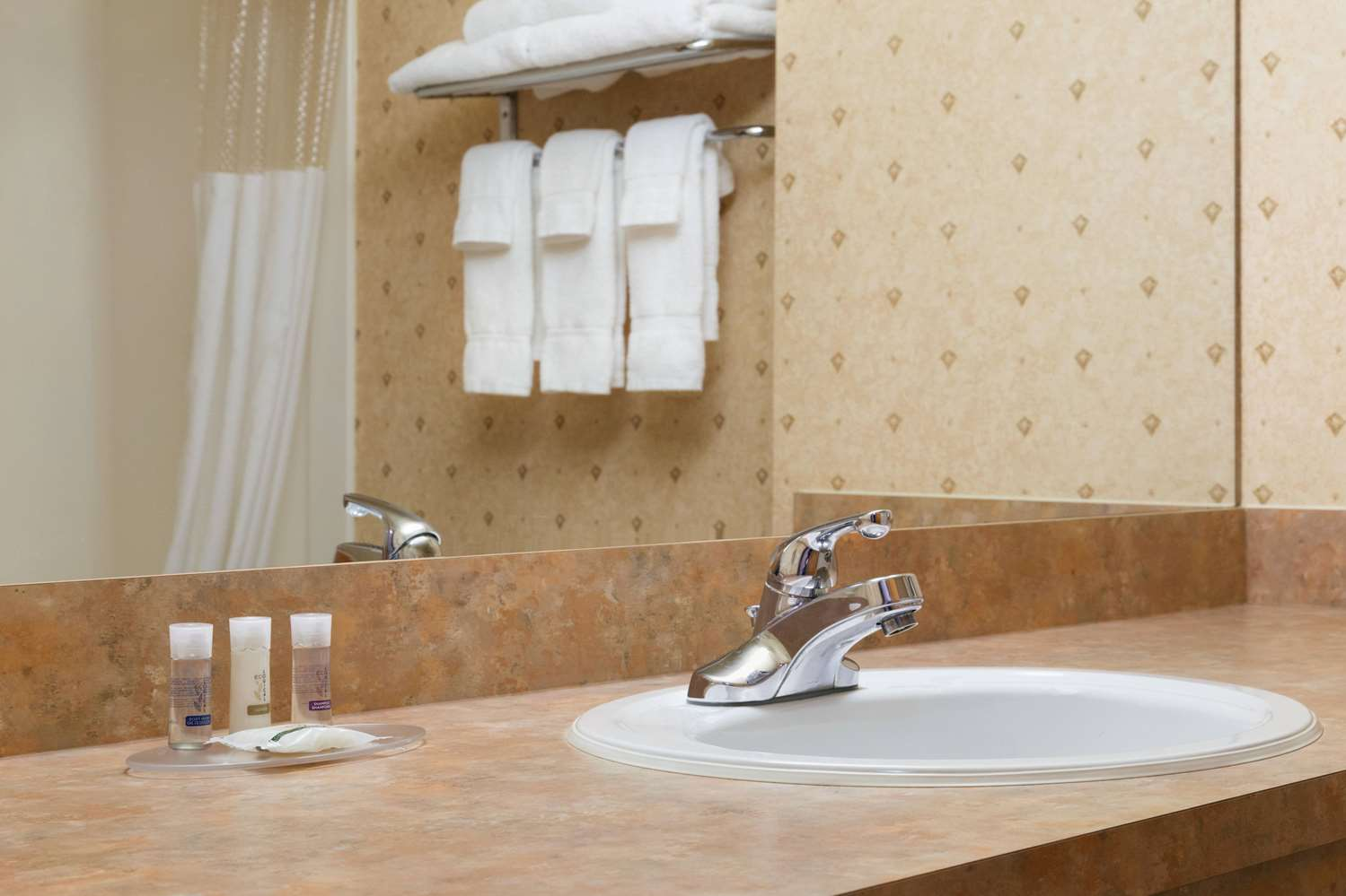 Room - Days Inn & Suites Brooks