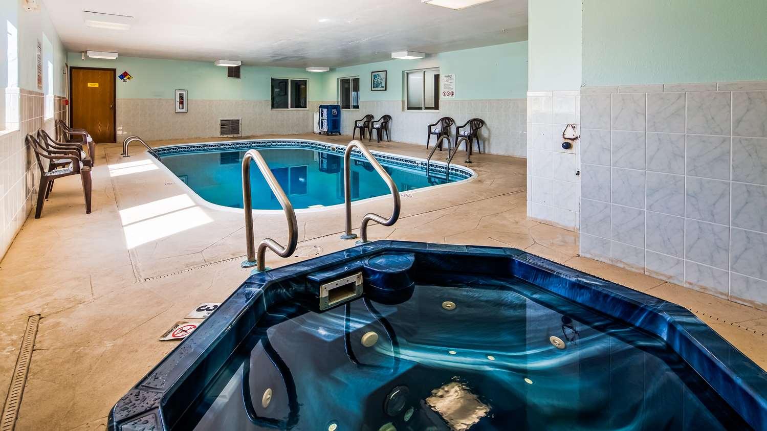 Pool - SureStay Plus Hotel by Best Western Bettendorf