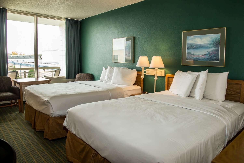 Room - Baymont Inn & Suites Fargo