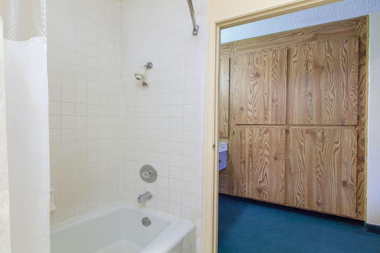 Room - Americas Best Value Inn Central Bakersfield