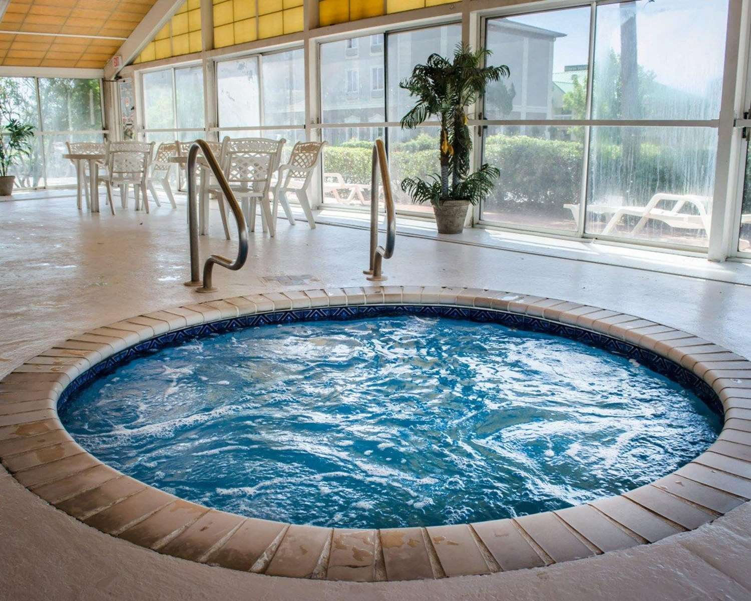 Pool - Quality Inn & Suites West Mobile