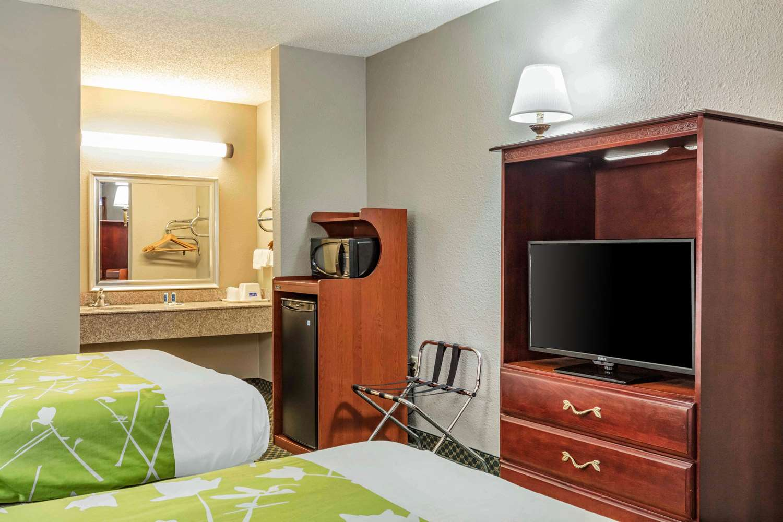 Room - Rodeway Inn near Golf Course Prattville
