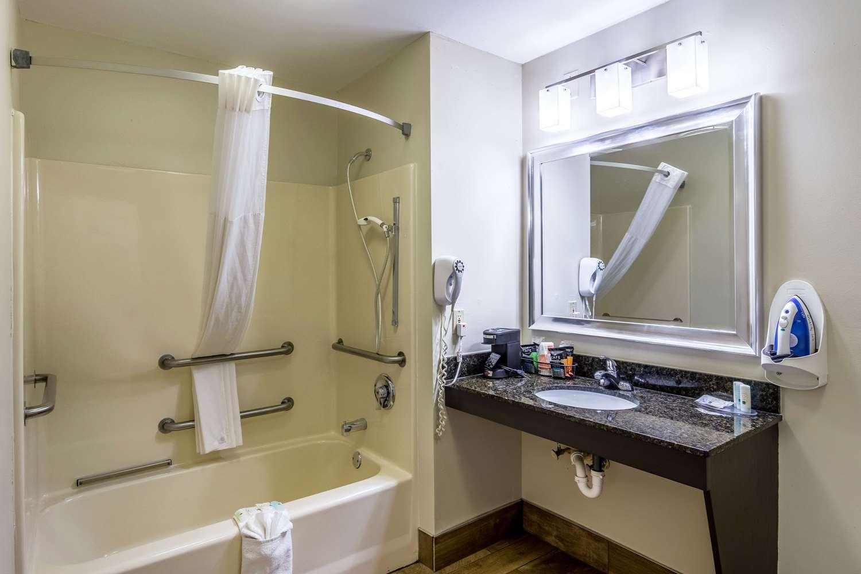 Room - Quality Inn Village Mall Auburn