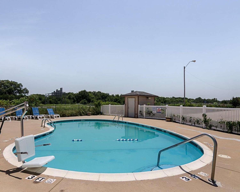 Pool - Quality Inn Van Buren