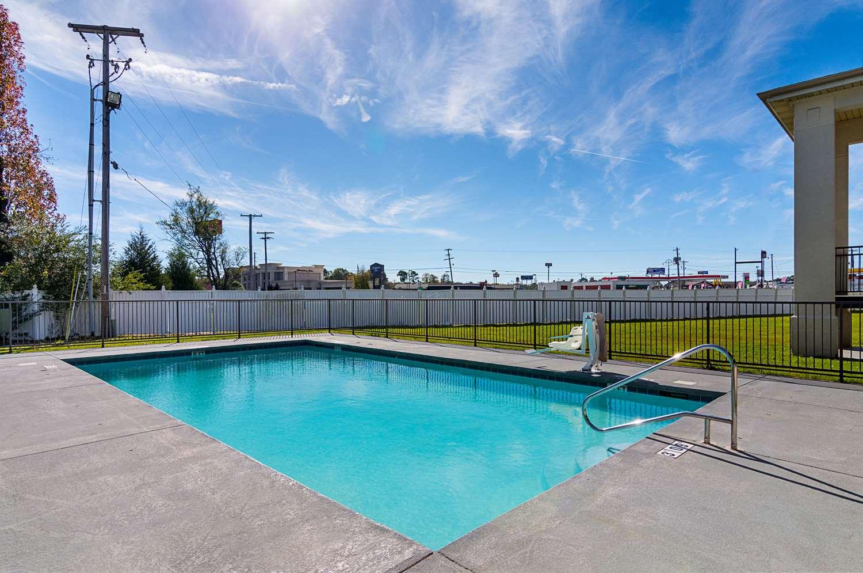 Pool - Econo Lodge Arkadelphia
