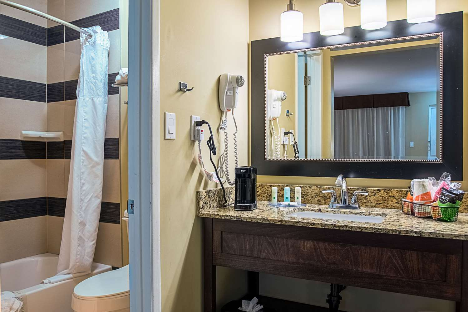 Room - Quality Inn & Suites Youngtown