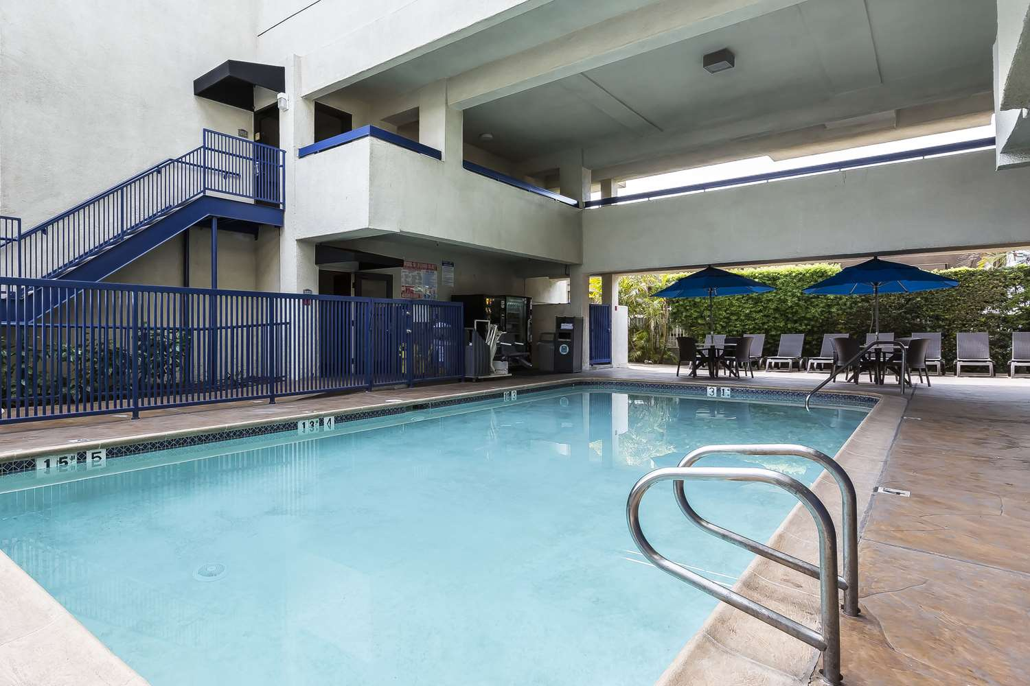 Pool - Quality Inn & Suites LAX Airport Inglewood