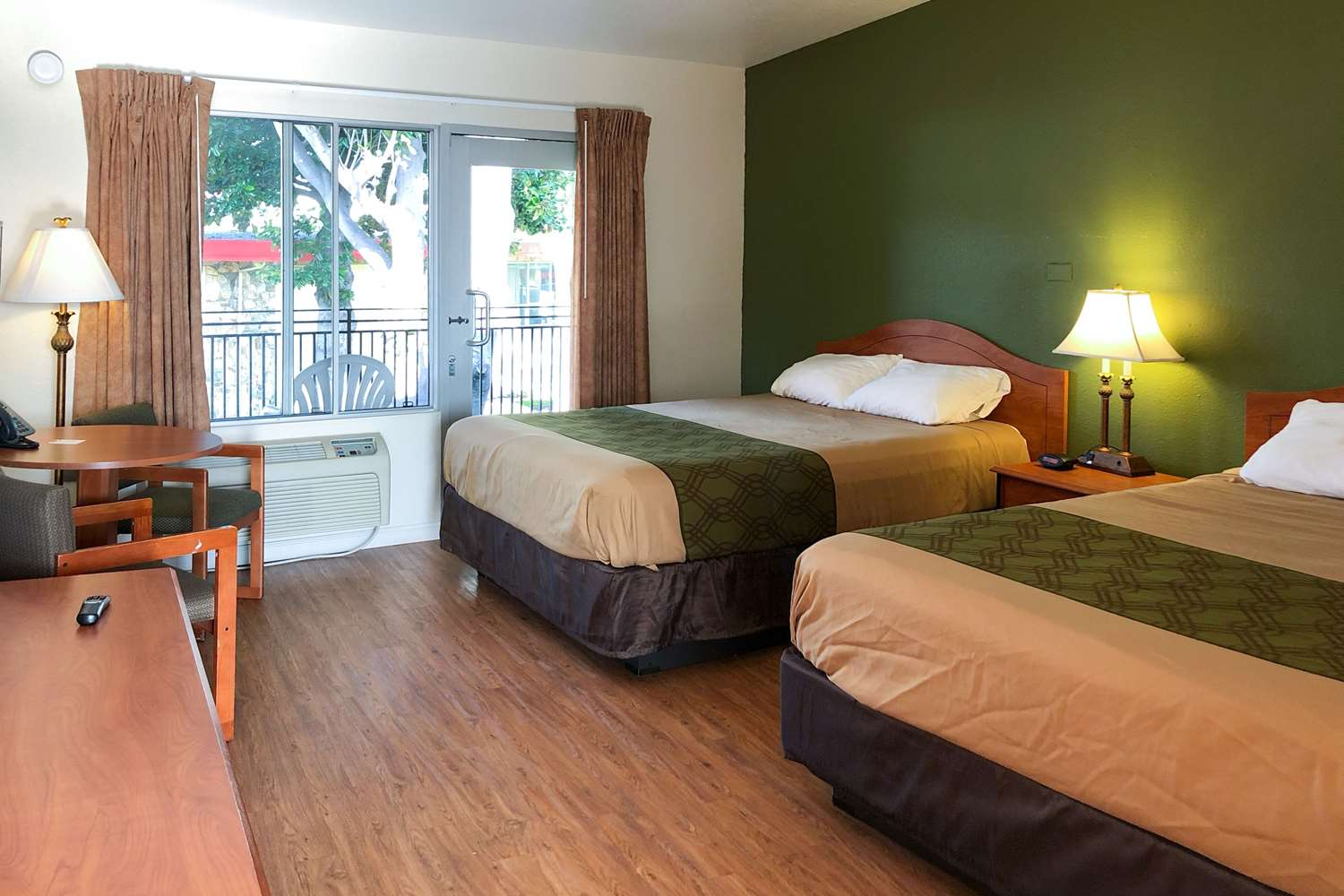 Room - Econo Lodge Inn & Suites Oakland