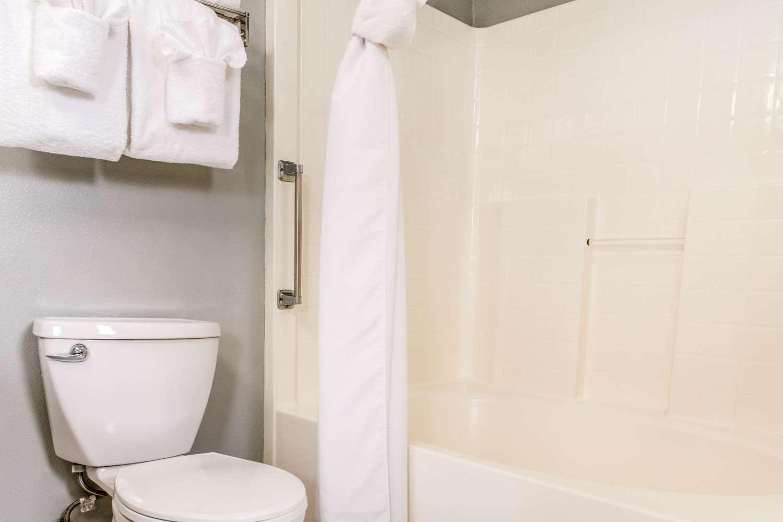 Room - Clarion Resort Eureka