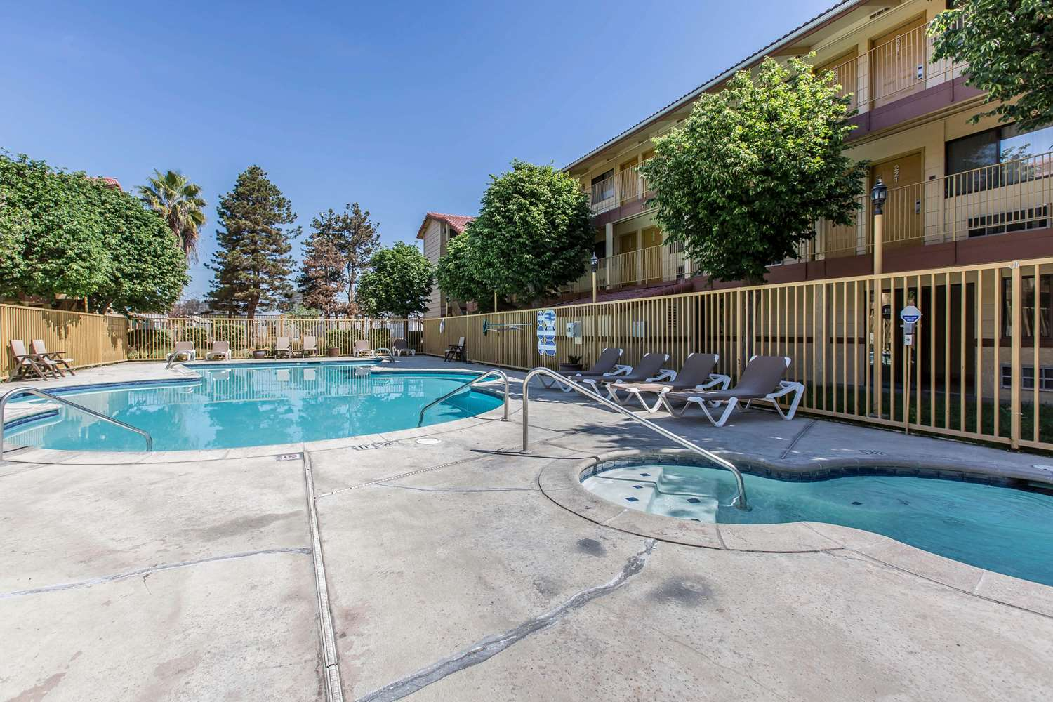 Pool - Quality Inn & Suites Bakersfield