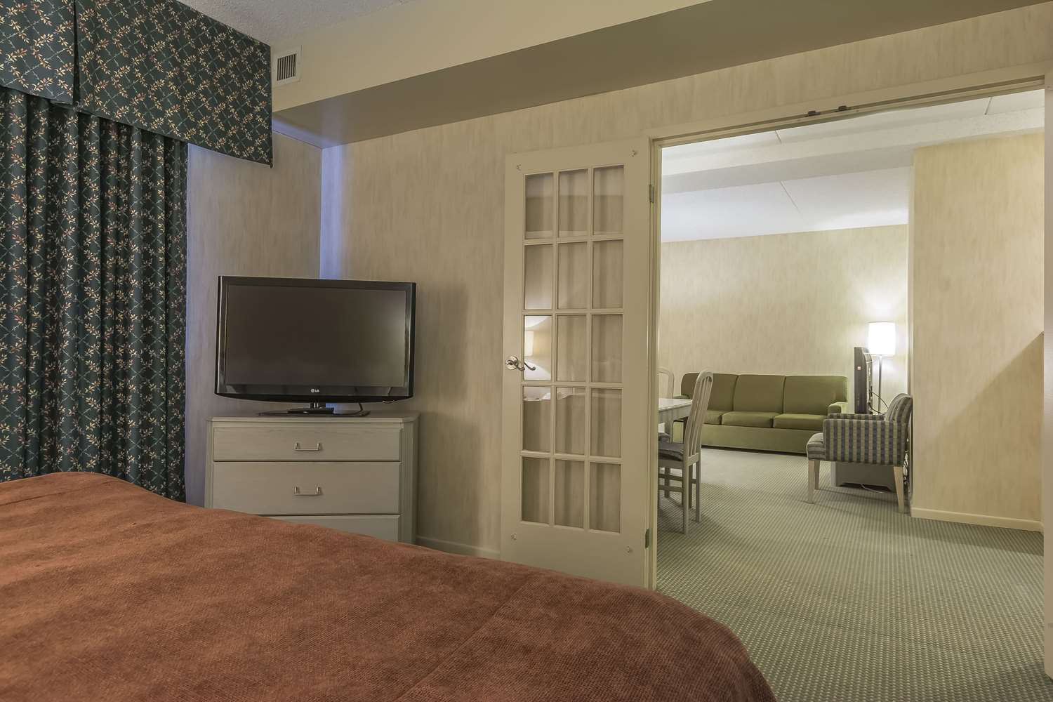 Room - Quality Suites Whitby